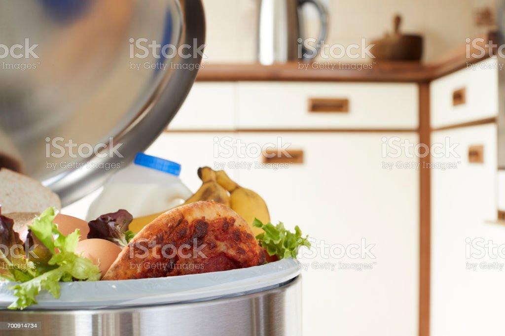 Aliments frais dans Boîte à ordures ménagères pour illustrer des déchets photo libre de droits
