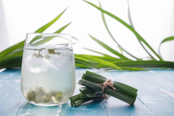 fresh fragrant pandan  ice tea and leaves on wood background - pandan składnik zdjęcia i obrazy z banku zdjęć