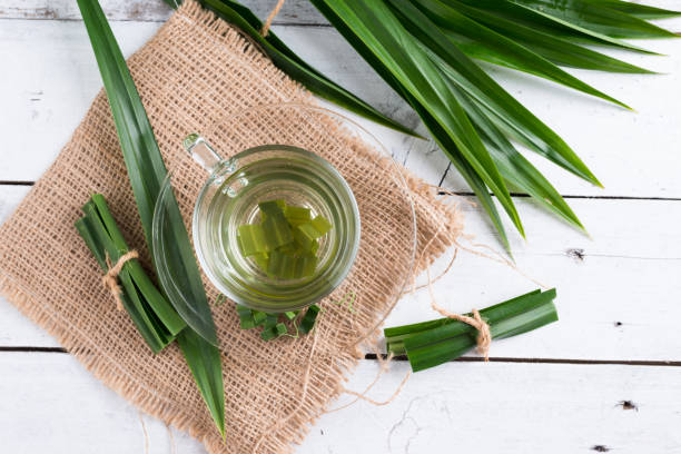fresh fragrant pandan tea and leaves on wood background - pandan składnik zdjęcia i obrazy z banku zdjęć