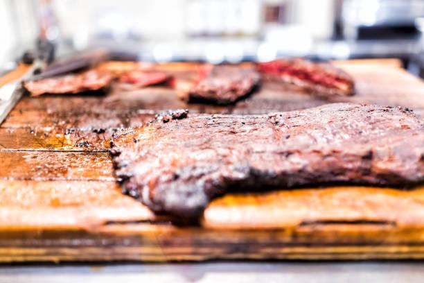 frisch gegrillte gebräunt gekochten rock flanke strip steak auf schneidbrett aus holz, fett, gut gemachte mariniert gebraten - flank steak marinaden stock-fotos und bilder