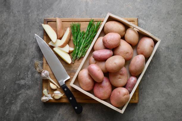 frisch vom bauernhof bereit, mit knoblauch und rosmarin gebraten kartoffeln - knoblauchkartoffeln stock-fotos und bilder