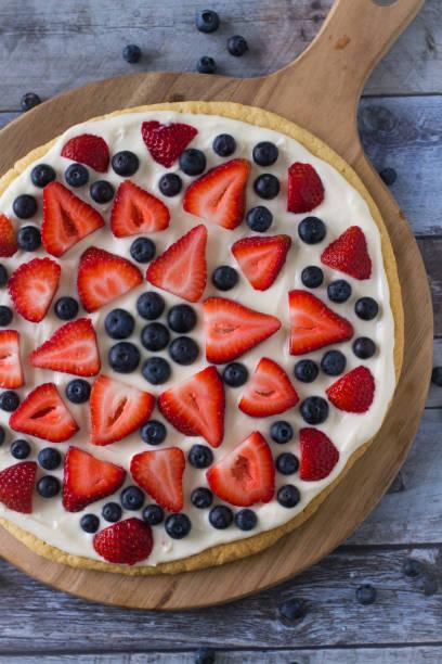 frische fruchtpizza im überblick - frucht pizza cookies stock-fotos und bilder
