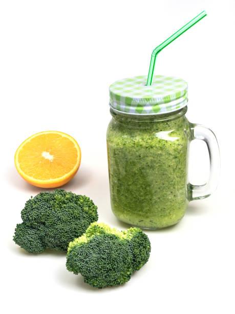 garrafa de suco de laranja fresco fruta vegetal brócolis aipo shake isolado no fundo branco - squeeze bottle - fotografias e filmes do acervo