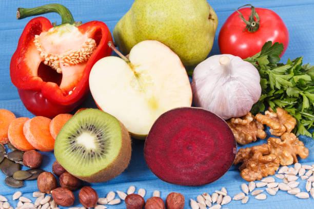 Frisches Obst und Gemüse mit Vitaminen und Mineralstoffen. Bestes Futter für Gicht und Nierengesundheit – Foto