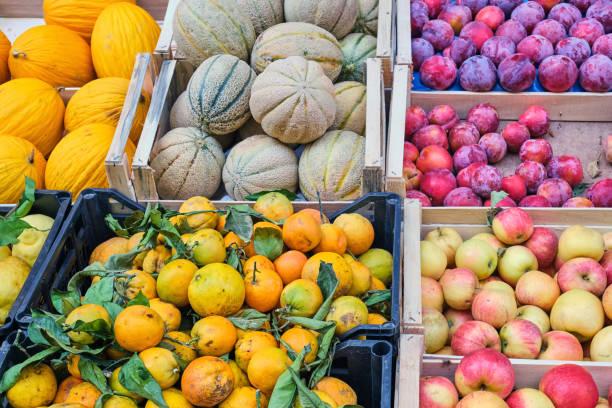 Frisches Obst zum Verkauf auf einem Markt – Foto