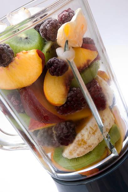 Frische Früchte in einen Mixer weißem Hintergrund – Foto