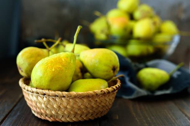 fresh garden pears on dark wooden table - pera foto e immagini stock