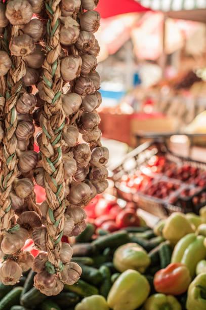 Frischer Knoblauch für den Verkauf auf Lebensmittelmarkt in mediterrane Stadt Rijeka, Kroatien – Foto