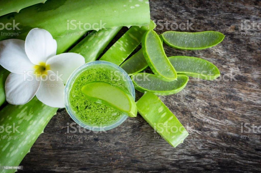 frisches grünes Aloe Vera Blätter Slice und Aloe-Vera-Gel auf Holztisch – Foto