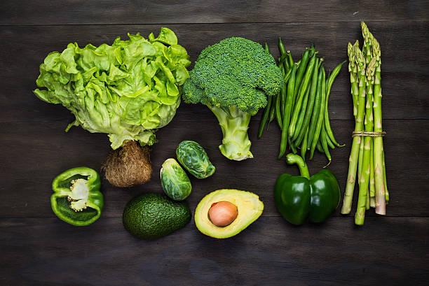 frischen grünen bio-gemüse - grüne paprikaschoten stock-fotos und bilder