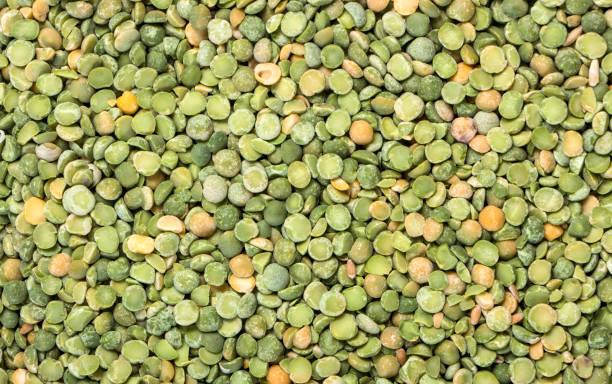 frische grüne erbsen hintergrund textur draufsicht - spitzen crop tops stock-fotos und bilder