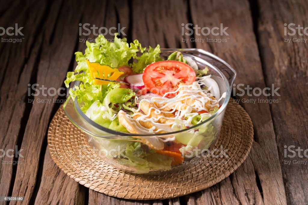 Fresh green salad with chicken and lettuce Fresh summer background Healthy eating foto de stock royalty-free