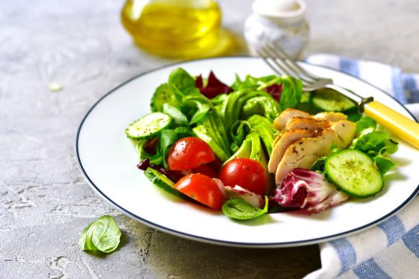 frischer grüner salat mit gegrilltem hähnchen - paleo diät stock-fotos und bilder