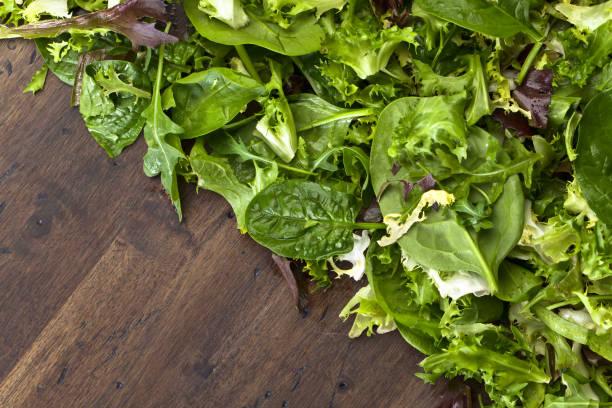 frischer grüner salat mit rucola, spinat und salat - tropfenblatt tisch stock-fotos und bilder
