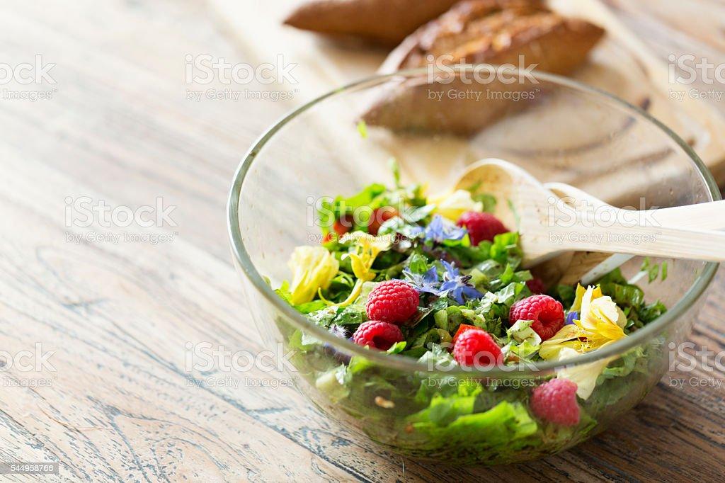 Verde fresca Insalata con pomodori, erbe, fiori di Borragine, Nasturzio - foto stock