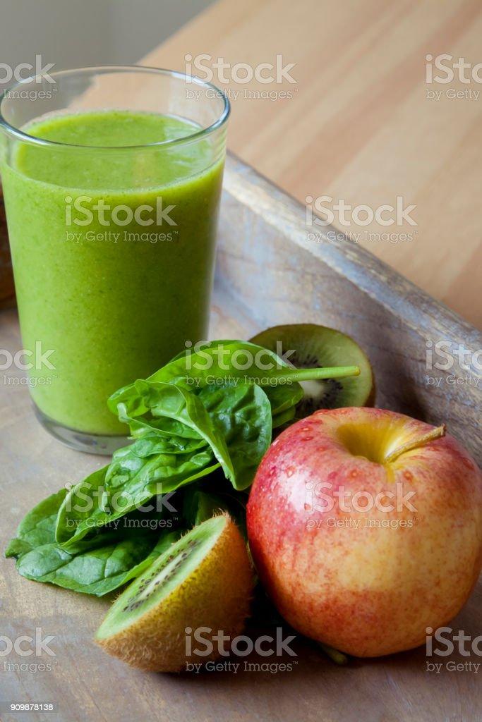 Frischen grünen Smoothie im Glas. – Foto
