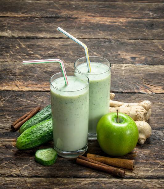 frischen grünen smoothie. - zimt gurken stock-fotos und bilder
