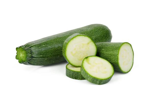 verse groene courgette met plakjes geïsoleerd op witte achtergrond - mergpompoen stockfoto's en -beelden