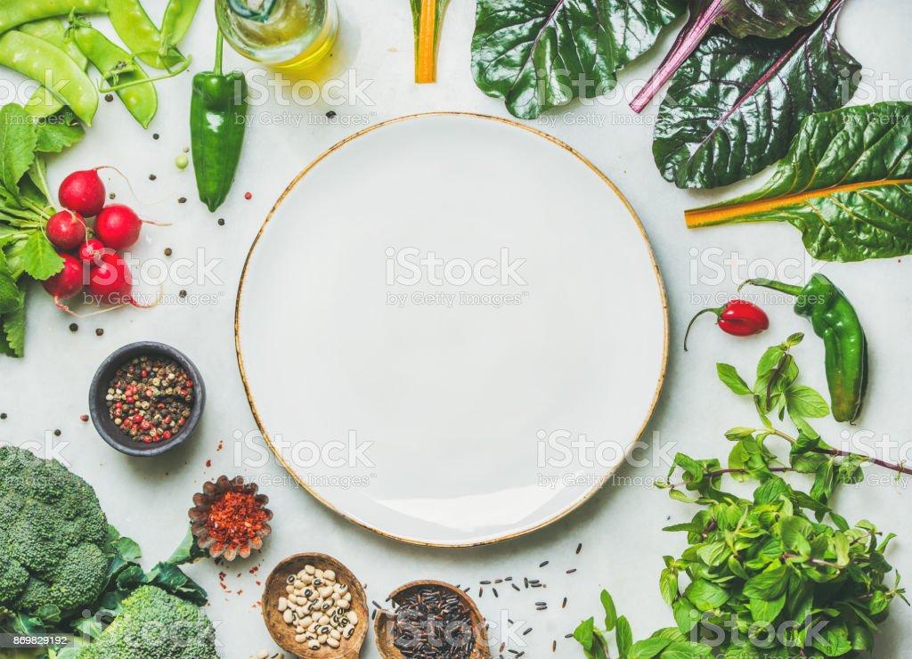 Légumes verts frais, les légumes et les céréales avec plaque blanche au centre - Photo