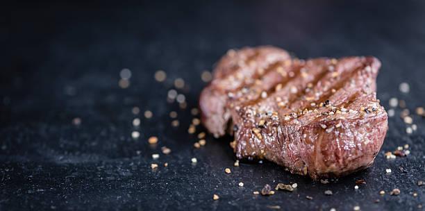 frisch gegrilltes steak - steak anbraten stock-fotos und bilder