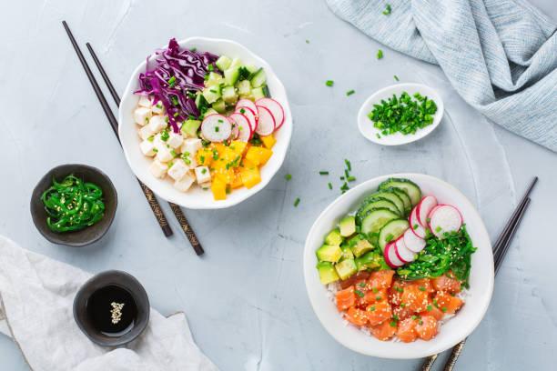 frischen hawaiian lachs tofu poke schüssel für gesundes mittagessen - hawaiianischer salat stock-fotos und bilder