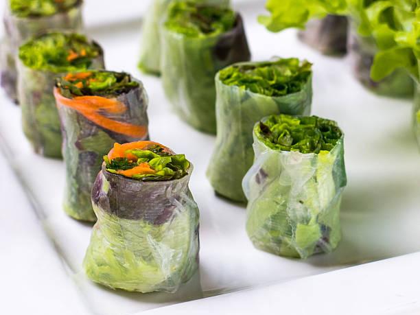 fresh healthy food vietnamese spring rolls - frühlingsrollen stock-fotos und bilder