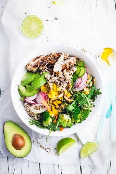 Frische gesunde Quinoa Bulgur Schüssel mit Gemüse und Hühnerfleisch – Foto