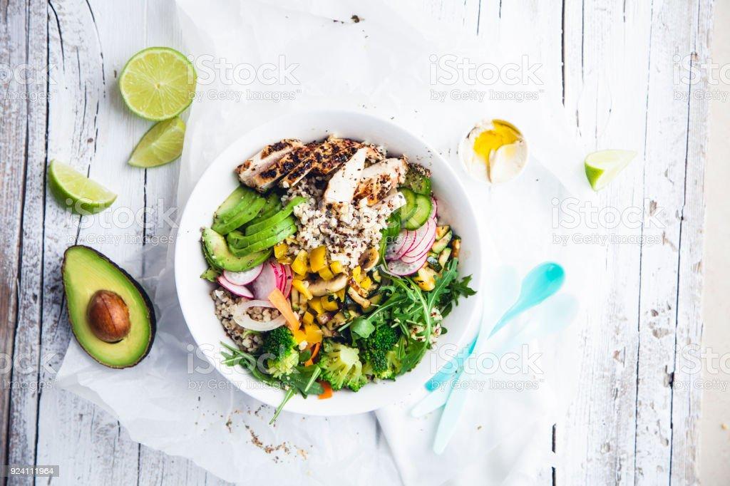 Frische gesunde Quinoa Bulgur Schüssel mit Gemüse und Hühnerfleisch - Lizenzfrei Avocado Stock-Foto