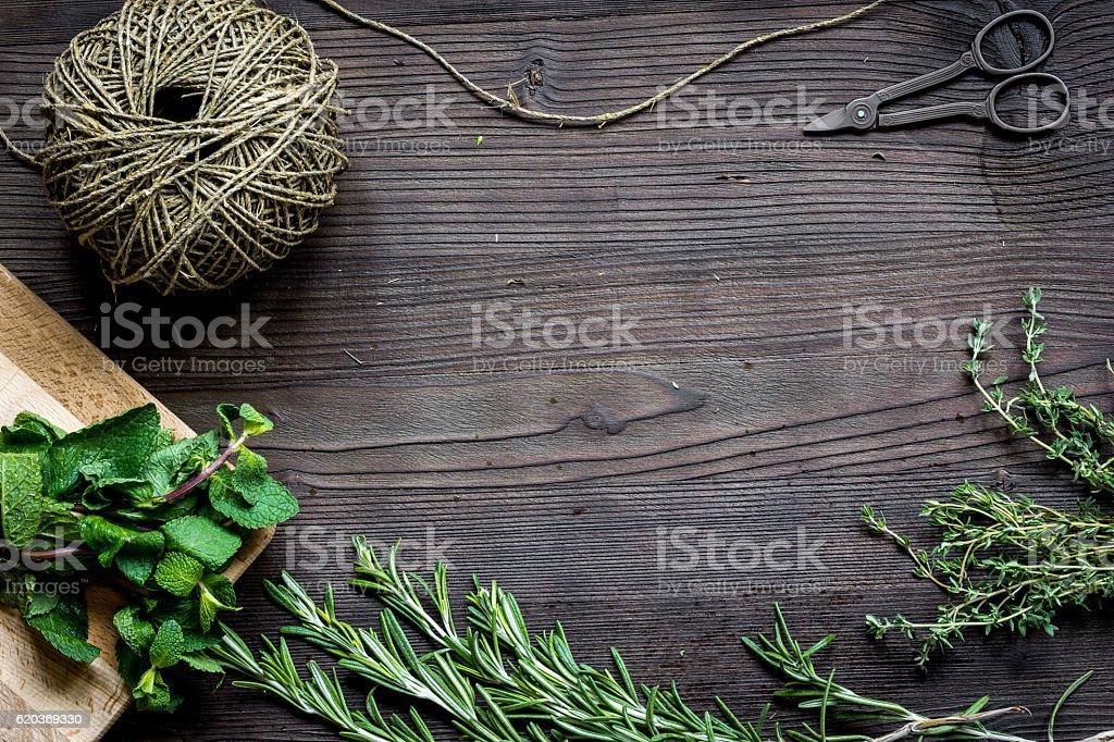 fresh herb frame on dark wooden background top view zbiór zdjęć royalty-free