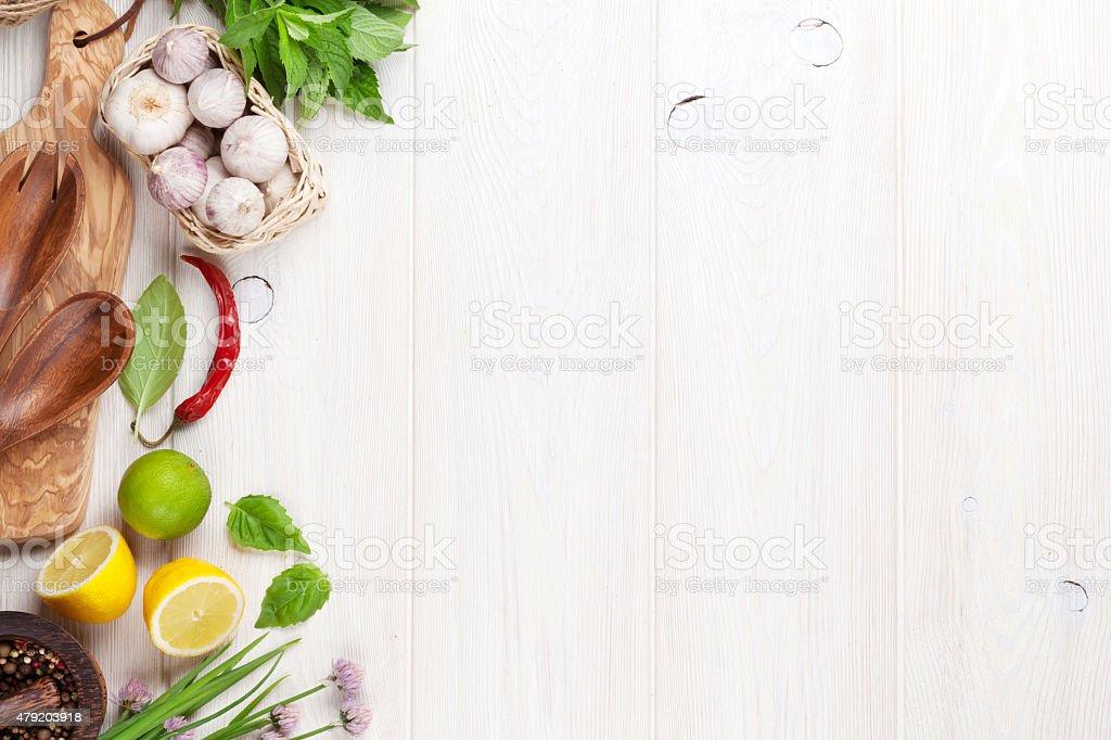 Ervas frescas e especiarias, na mesa de jardim - foto de acervo