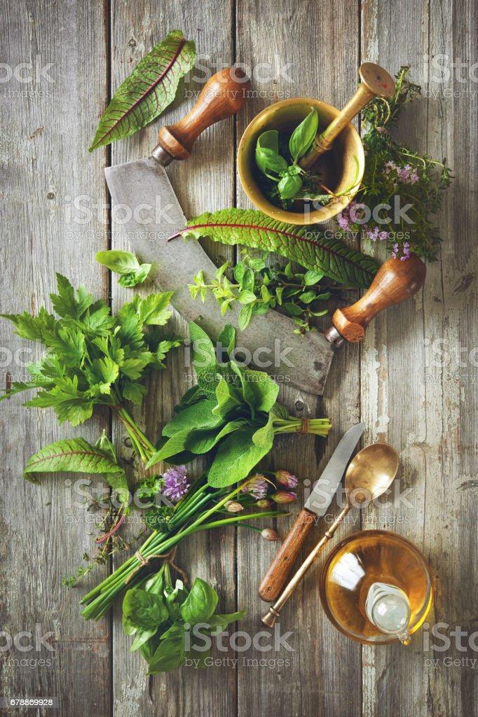 herbes fraîches et épices sur table en bois photo libre de droits