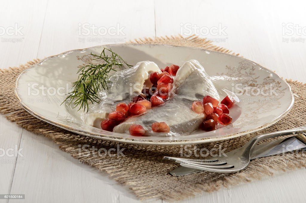 fresh herring with sour cream, pomegranate seed and dill foto stock royalty-free