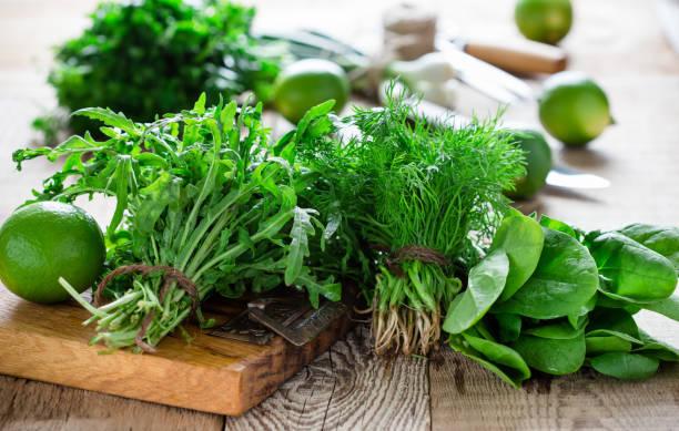 Frische einheimische Dill, Spinat, Rucola und Frühlingszwiebeln – Foto