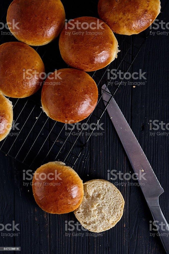 Hamburger maison à la main les petits pains frais - Photo