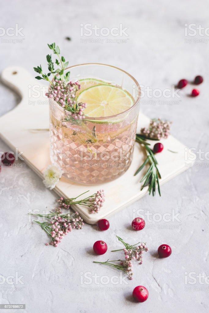 boisson aux fruits et citron vert sur fond de cuisine maison photo libre de droits