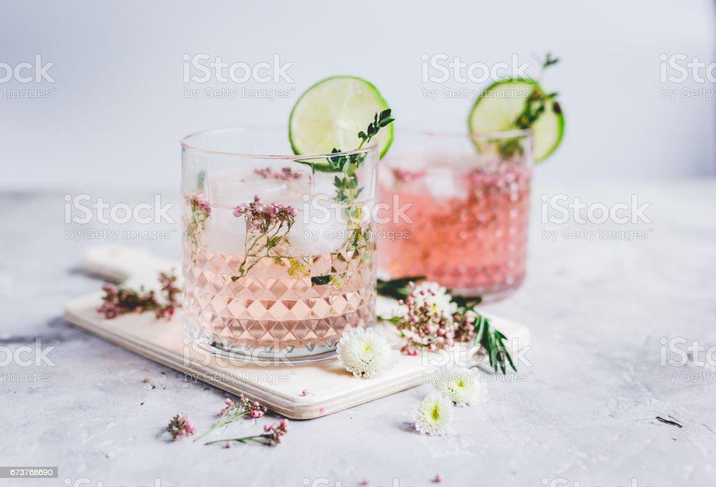 boisson maison fraîche avec des fleurs et de citron vert sur fond de cuisine photo libre de droits