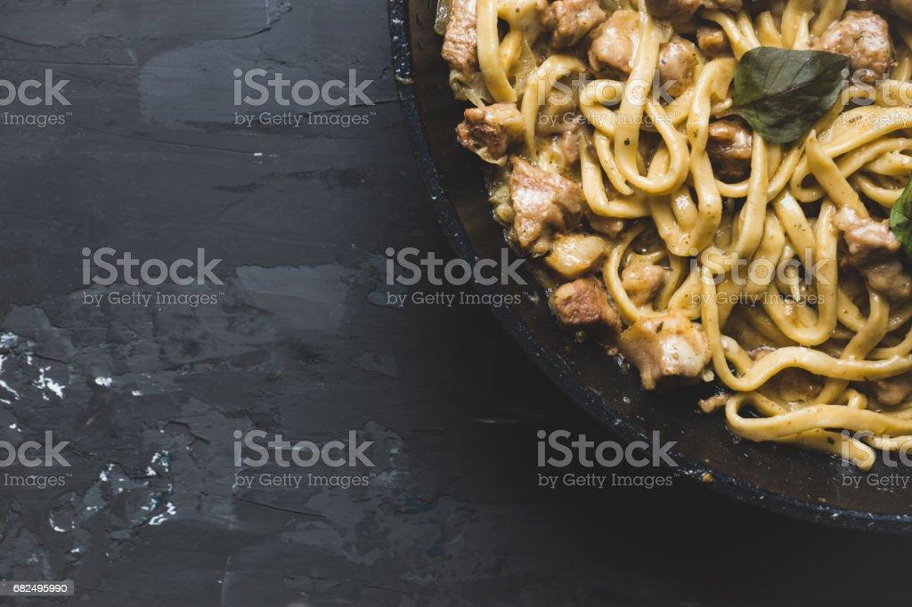 Pasta fettuccini caseros frescos con carne, queso y albahaca foto de stock libre de derechos