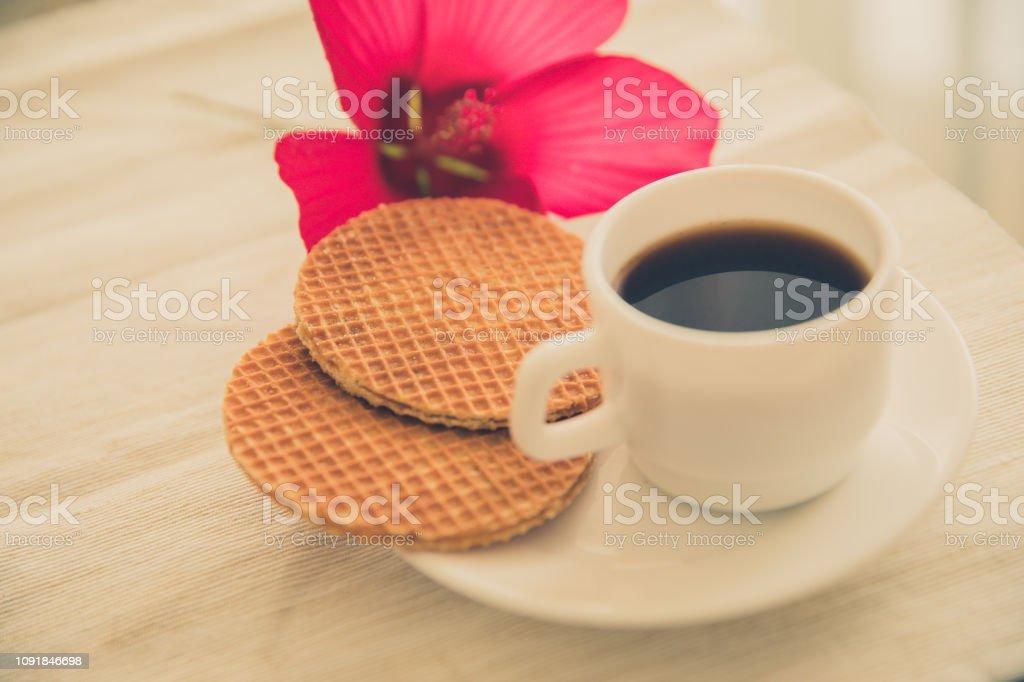frais fait maison ronde gaufres avec une boisson chaude dans la tasse avec la fleur d'hibiscus - Photo