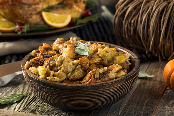 fresh homemade thanksgiving turkey stuffing - plein photos et images de collection