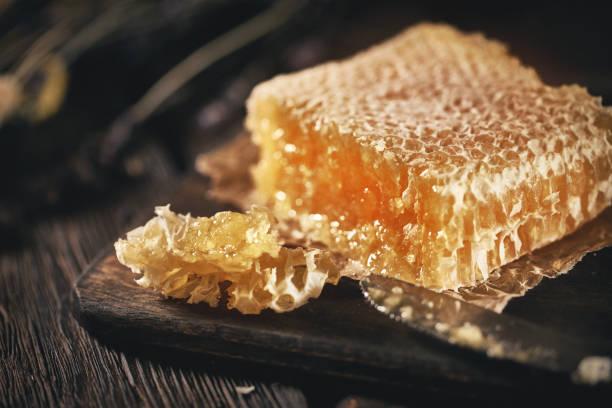 剛從蜂箱裡得到的新鮮蜂窩 - 蜂巢式樣 個照片及圖片檔