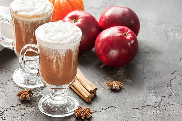 fresh hot cocoa with foam, apples, cinnamon, straws - apfelweinkuchen stock-fotos und bilder