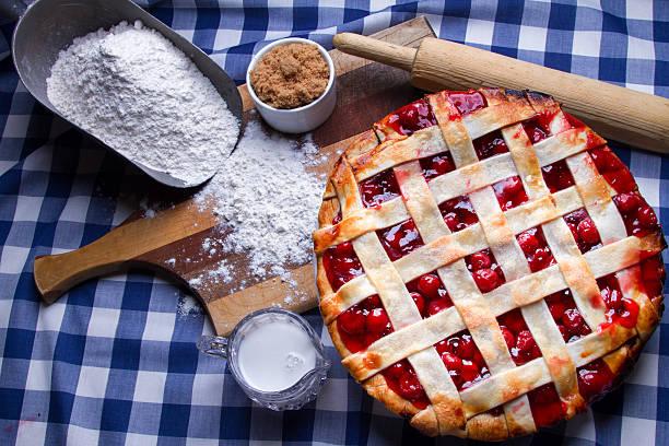 Fresco caliente Homeade pastel de celosía de madera de cerezo con ingredientes - foto de stock
