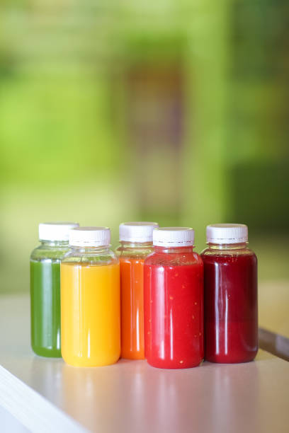 suco fresco misturar frutas e legumes, bebidas saudáveis - squeeze bottle - fotografias e filmes do acervo