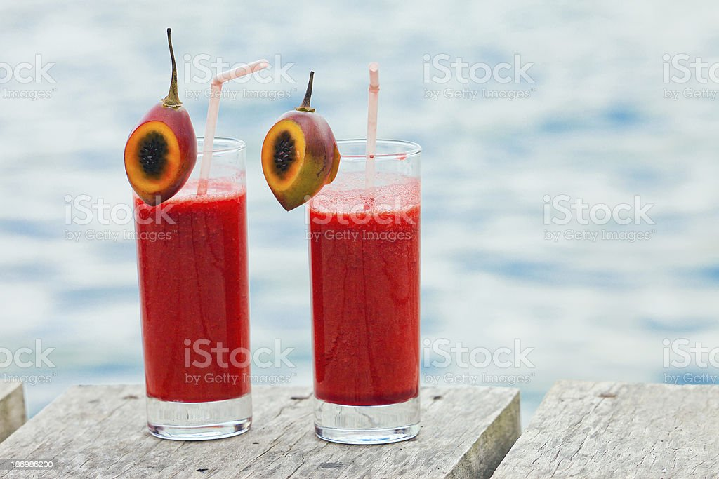 Succhi di frutta fresca o un cocktail in cup - foto stock