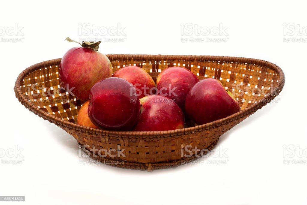 흰색 배경에 고립 된 나무 그릇에 신선한 달콤한 사과 royalty-free 스톡 사진