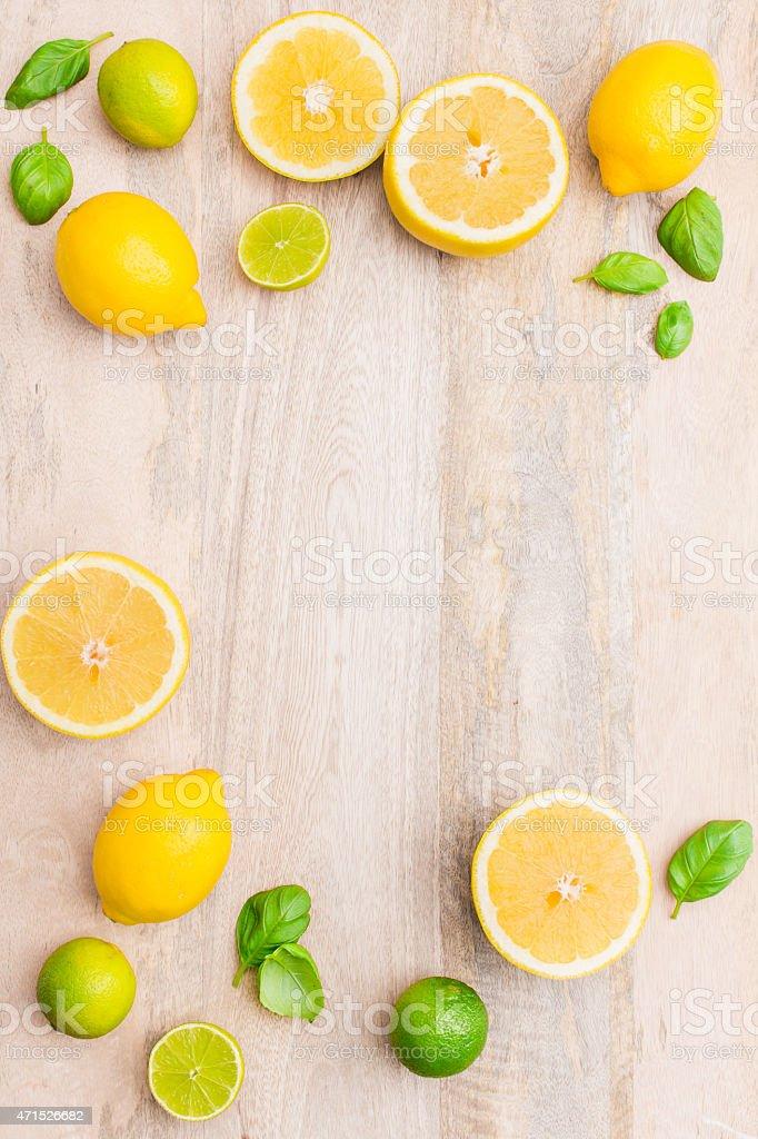 Frische saftige Zitrusfrüchten auf hölzernen leeren Hintergrund.   Von oben. – Foto