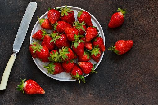 소박한 어두운 배경에 접시에 신선 하 고 달콤한 딸기 적절 한 영양입니다 유기 음식입니다 0명에 대한 스톡 사진 및 기타 이미지