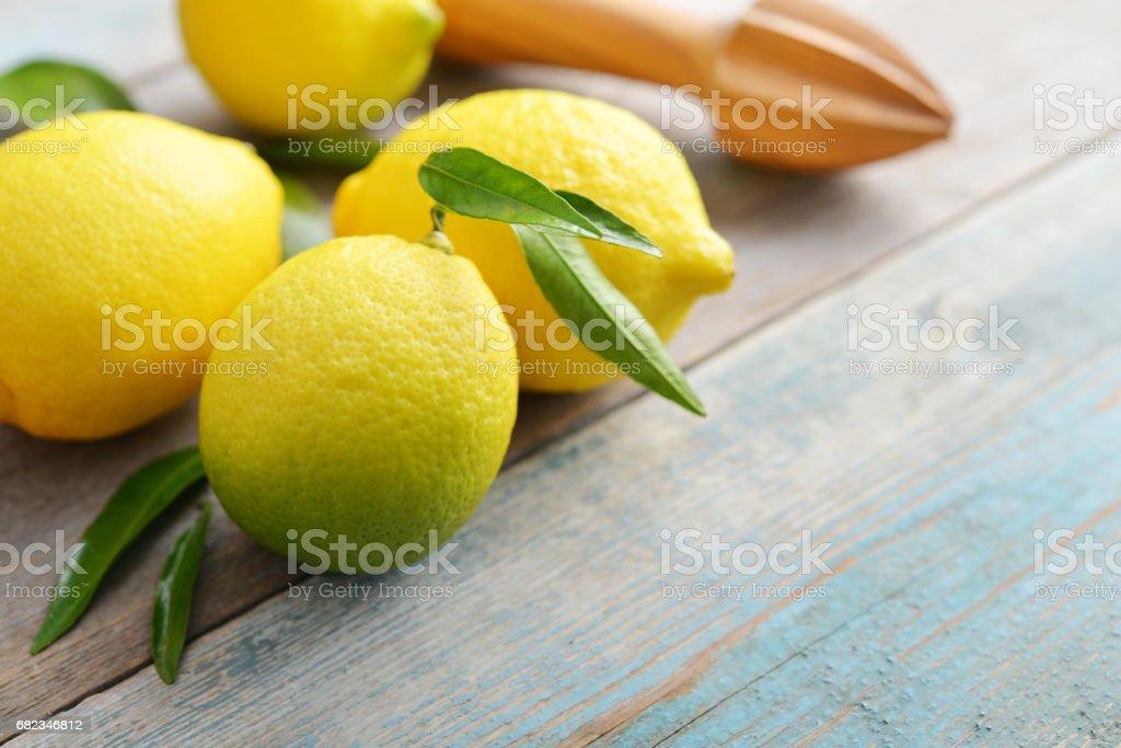 Fresh lemons with leaves royalty free stockfoto