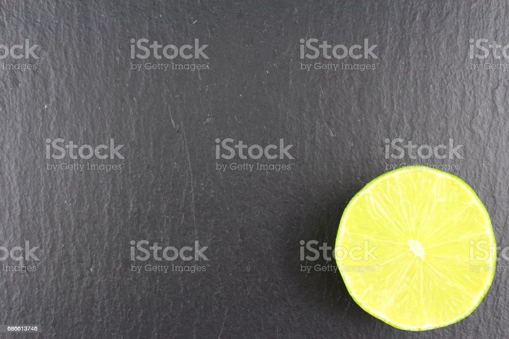 fruit de citron vert frais sur une ardoise plaque texture d'arrière-plan alimentaire photo libre de droits