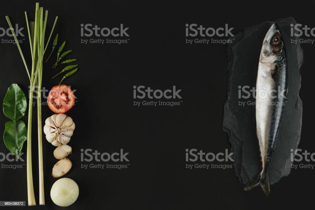 Maquereau frais, poissons et ingrédient sur la pierre, fond noir - Photo de Aliment libre de droits